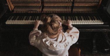 ピアノを弾く時の正しい姿勢|椅子の座り方や手の形の作り方を解説